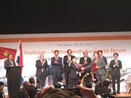 Hoang Hong Giang and Dick Konijn with PM Nguyễn Xuân Phúc